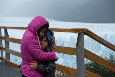 Sofia e Caio em frente ao Glacial Perito Moreno