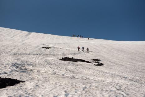 Trilha na neve subindo o vulcão