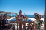 Lu, Sofia e Caio, restaurante Tumorrou, Bahia Inglesa, chile