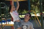 Oscar ajudando a Sofia no parque perto da nossa casa