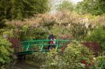 Milton e as crianças na ponte do jardim