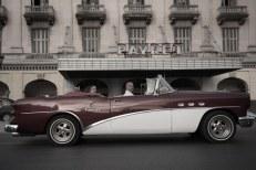 Carro clássico em frente ao prédio antigo