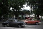 Carros antigos com o Museu da Revolução ao fundo