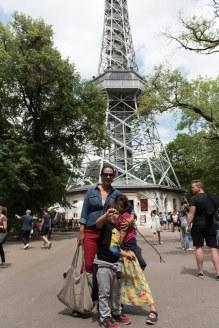 em frente a torre Petrin