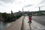 Sofia correndo na ponte