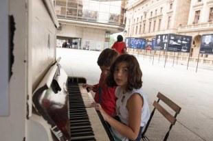 Tocando piano no pátio do Teatro Nacional