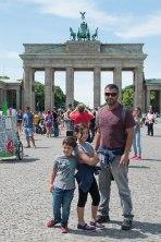 Milton e crianças em frente ao portal de Brandemburgo