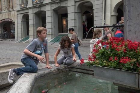 André e Sofia em uma das fontes no centro de Berna