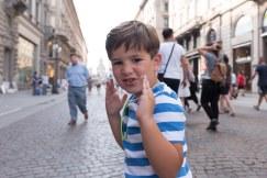 Caio fazendo pose em Milão