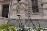 Escultura em frente a biblioteca de Turin
