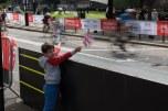 Caio torcendo para os ciclistas na região de Westminster
