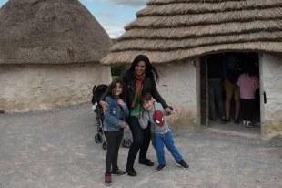 Mirella e as crianças em Stonehenge