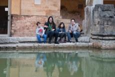 Mirella, lu e as crianças nas termas em Bath