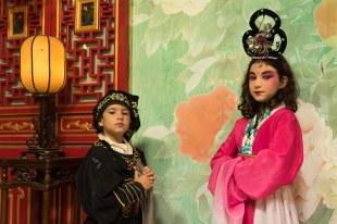 Crianças caracterizadas na Ópera em Chengdu