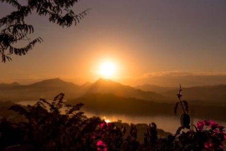 Pôr do sol no Monte Phousi
