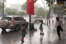 Brincando na chuva no centro de Saigon