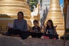 ZawZaw meditando com as crianças - Lago Inle